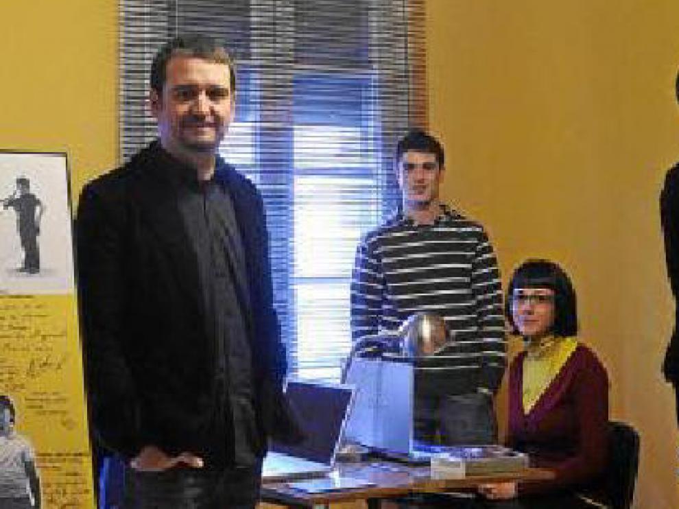 José Ángel Delgado y su equipo en la productora Cosmos Fan.