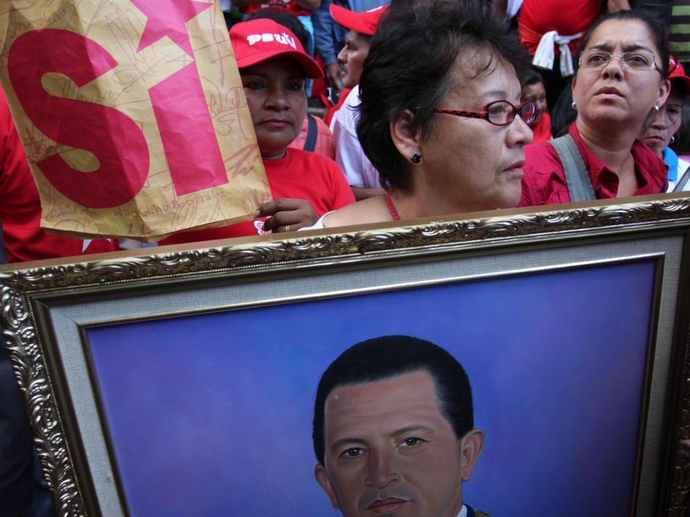 Una simpatizante del líder venezolano con una imagen suya