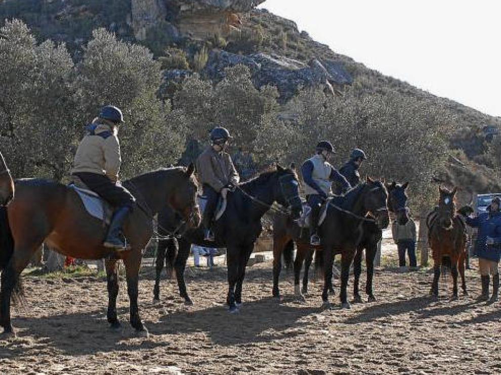 Alumnos del IES Mar de Aragón, de Caspe, durante una clase de Equitación con el profesor Mauricio Silva.