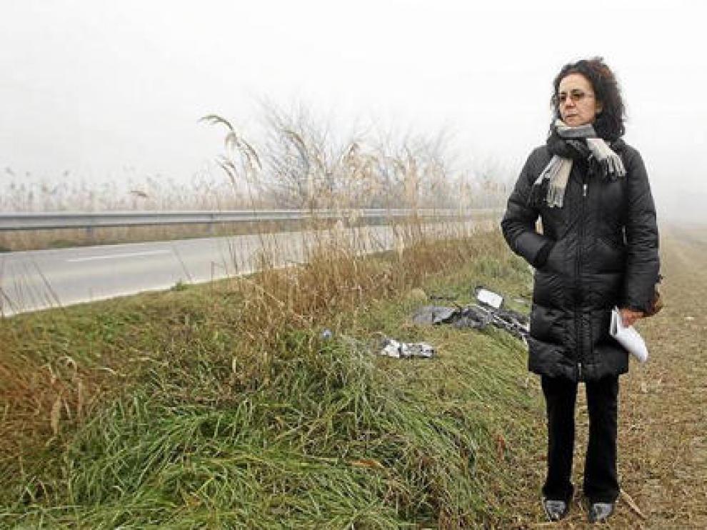 Fabiola Ferrer, delante del punto exacto en el que su hijo perdió la vida, donde todavía quedan restos del vehículo siniestrado