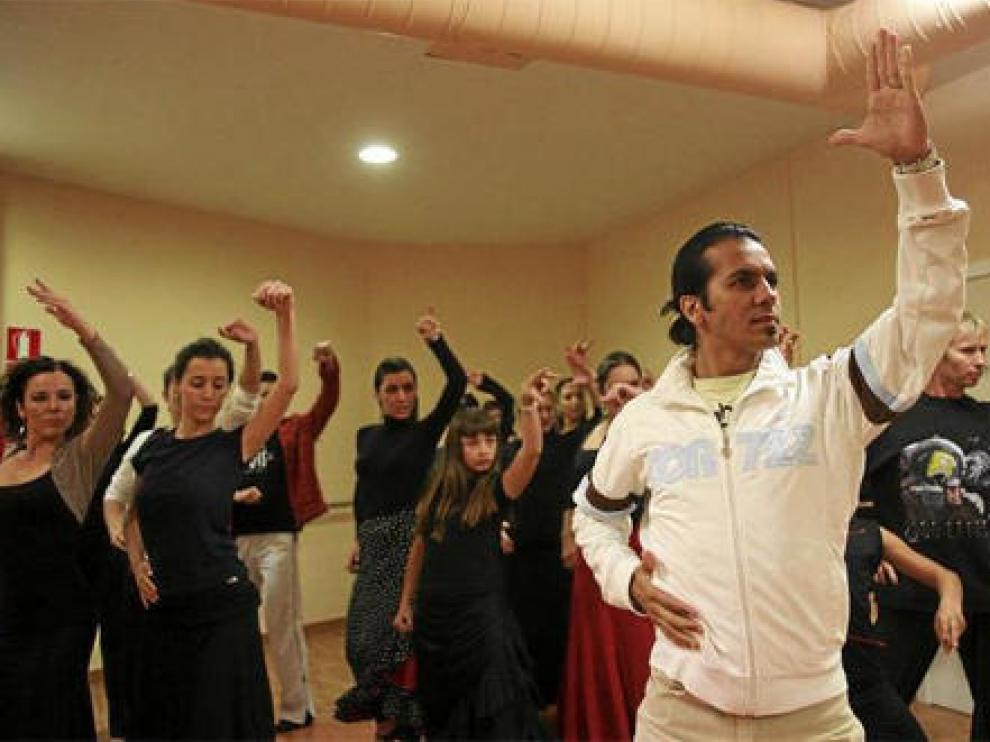 El bailaor Farruquito, al frente de la clase de nivel avanzado que ayer impartió en la Sala Foss de Zaragoza