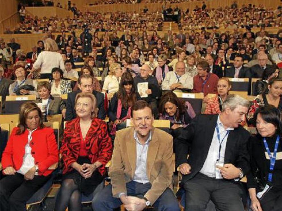 En primera fila, Mato, Rudi, Rajoy, Alcalde y Plantagenet en el último congreso del PP-Aragón