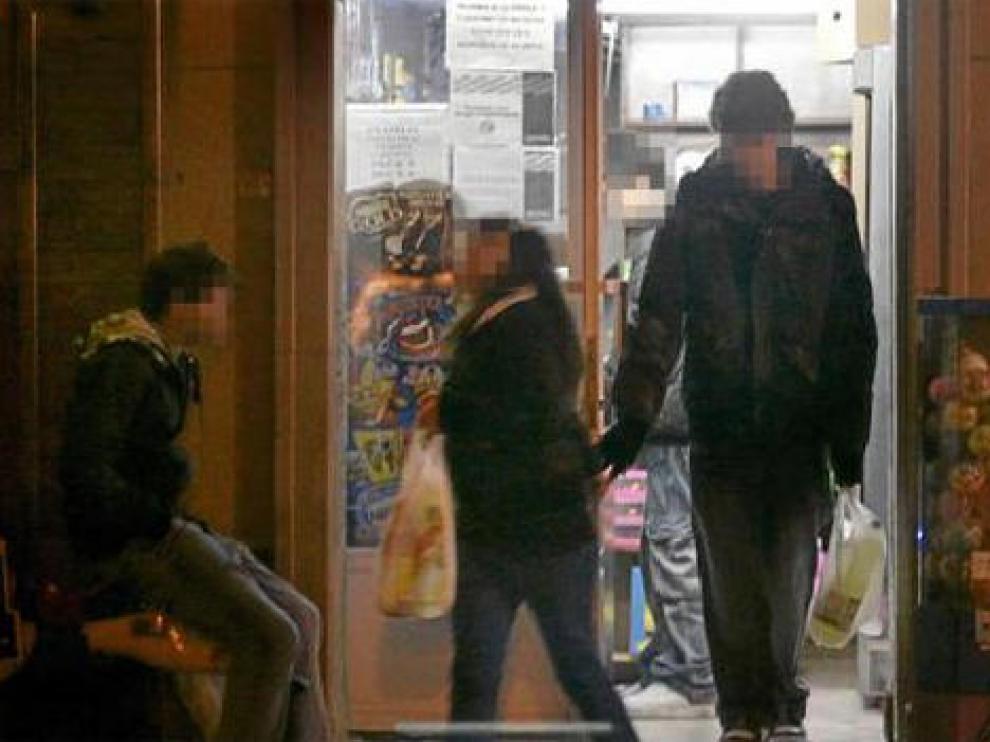 Varios menores salen con sus botellas de una tienda de la plaza de San Francisco