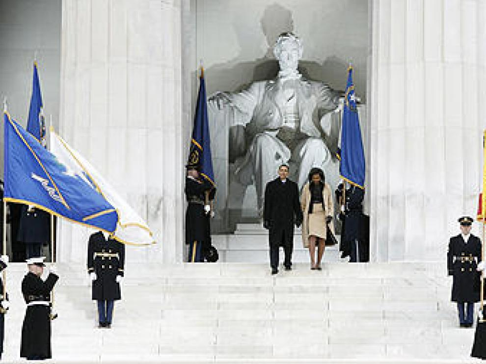 Obama y su esposa ante el monumento a Lincoln