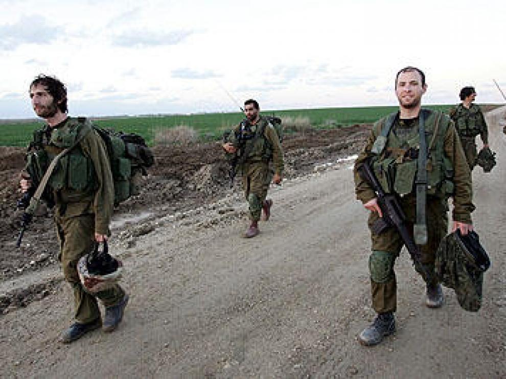 Soldados israelíes vuelven al otro lado de la frontera tras el alto el fuego