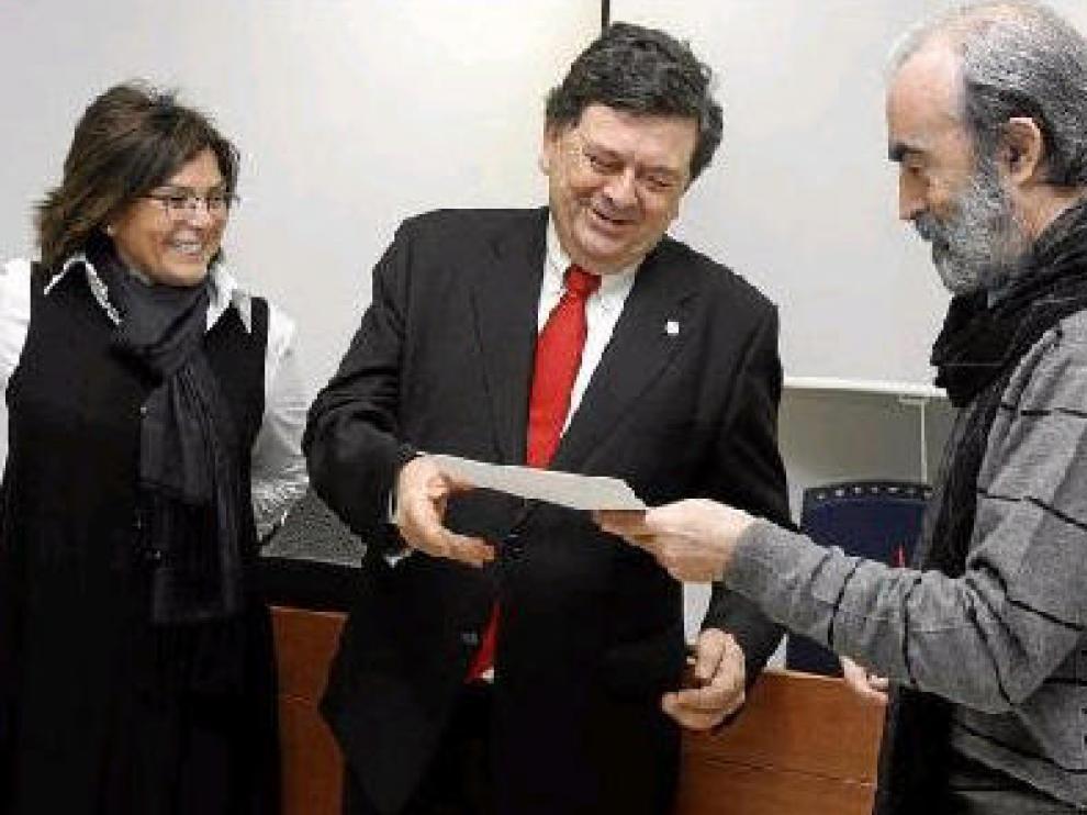 Fernando Elboj coincidió con el rector, al que entregó las alegaciones en presencia de Pilar Bolea