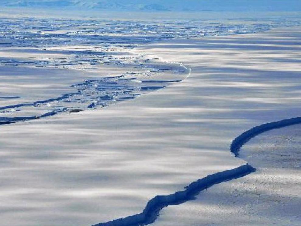 Foto de archivo de la Antártida, donde el hielo se resquebraja.