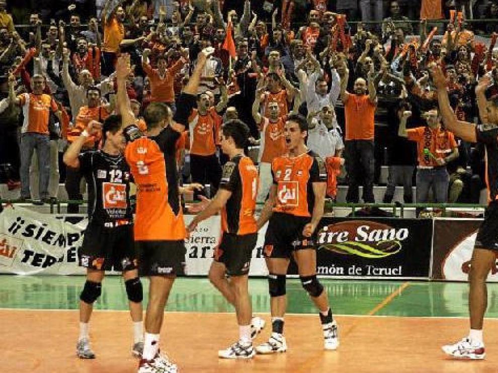 Los jugadores del CAI y el público turolense celebran el pase a octavos en la anterior eliminatoria contra el SCC Berlín en Los Planos