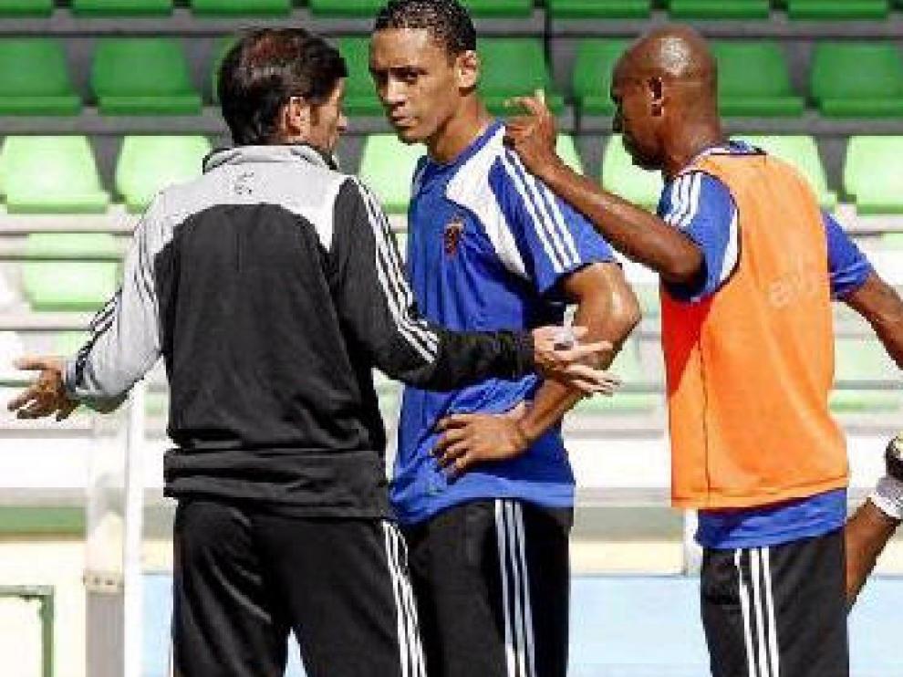 Marcelino dialoga con Oliveira y Ewerthon