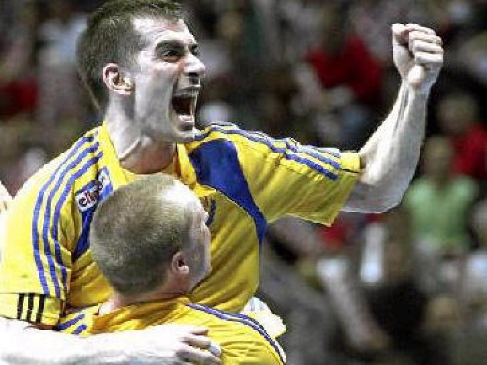 Dalibor Doder se abraza a Oscar Carlem en la celebración del triunfo sueco