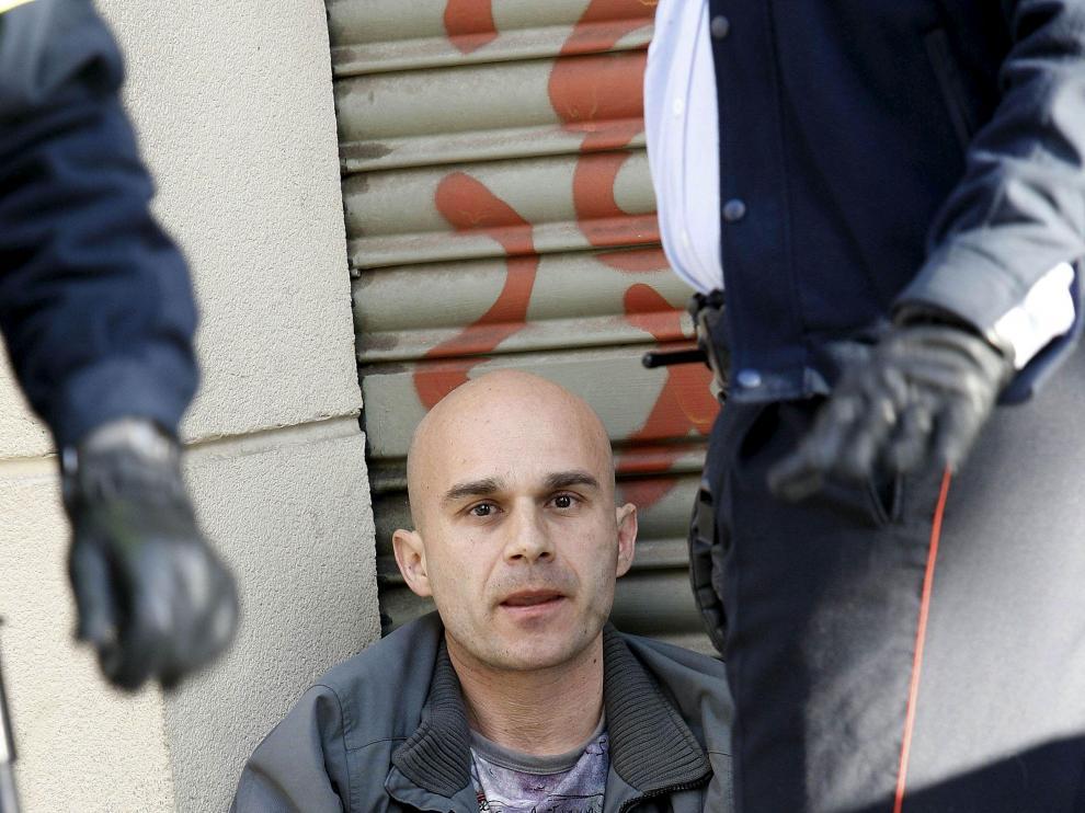 El agresor, lleno de sangre de su víctima, fue arrestado en la calle