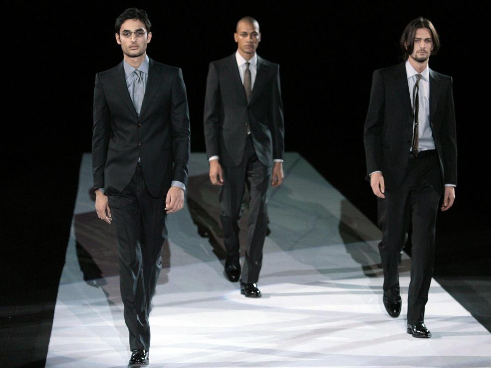 Tres modelos masculinos del diseñador Giorgio Armani