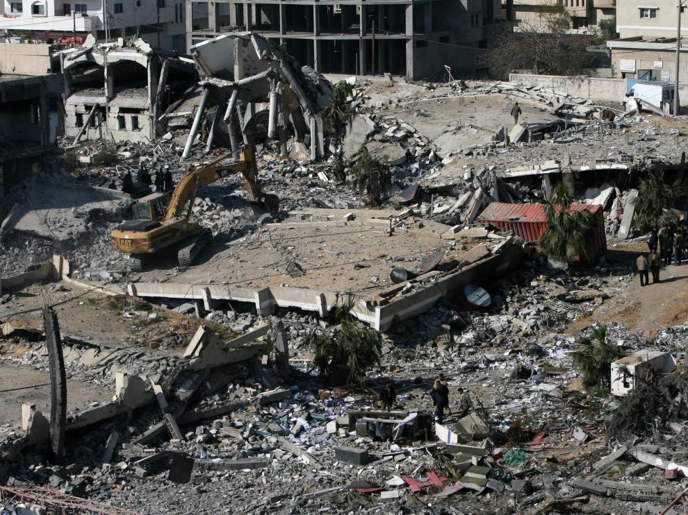 Un bulldozer recoge los restos de un edificio de Hamás