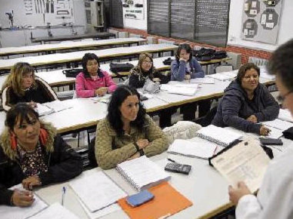 Alumnas en el curso de electricista en edificio de la Fundación San Valero de Zaragoza