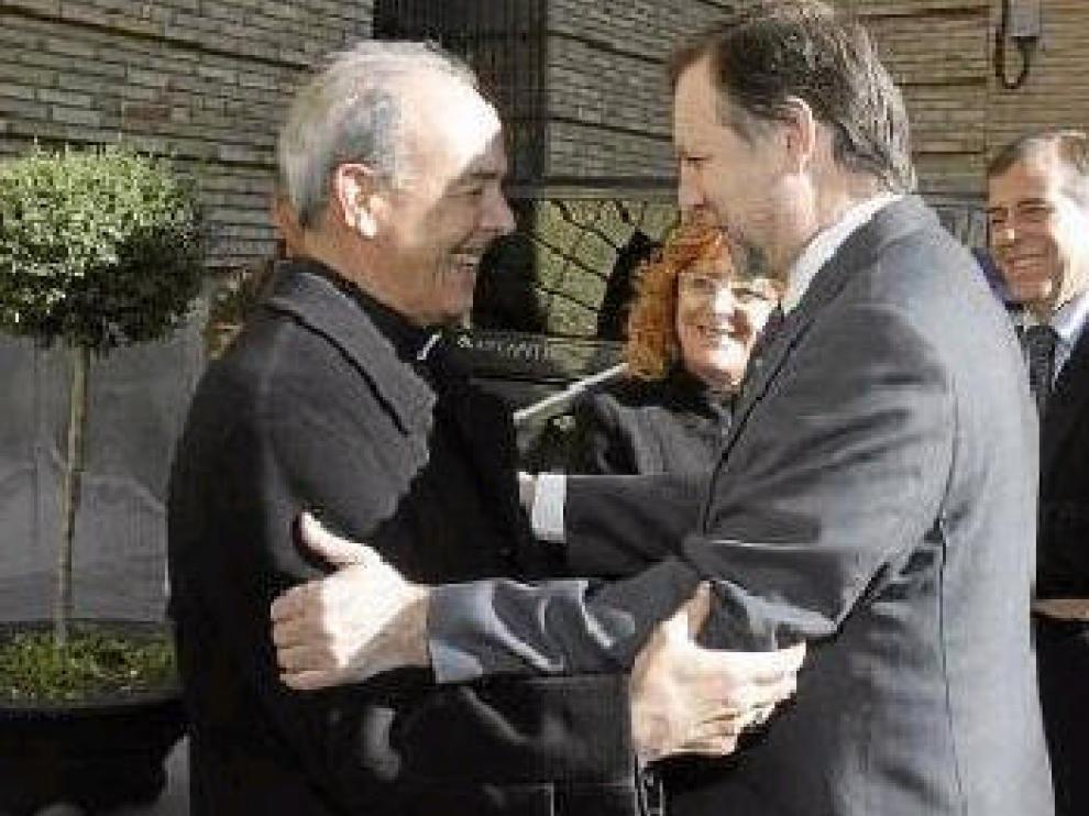 Milián e Iglesias se saludan ante la mirada de Broto y Cosculluela