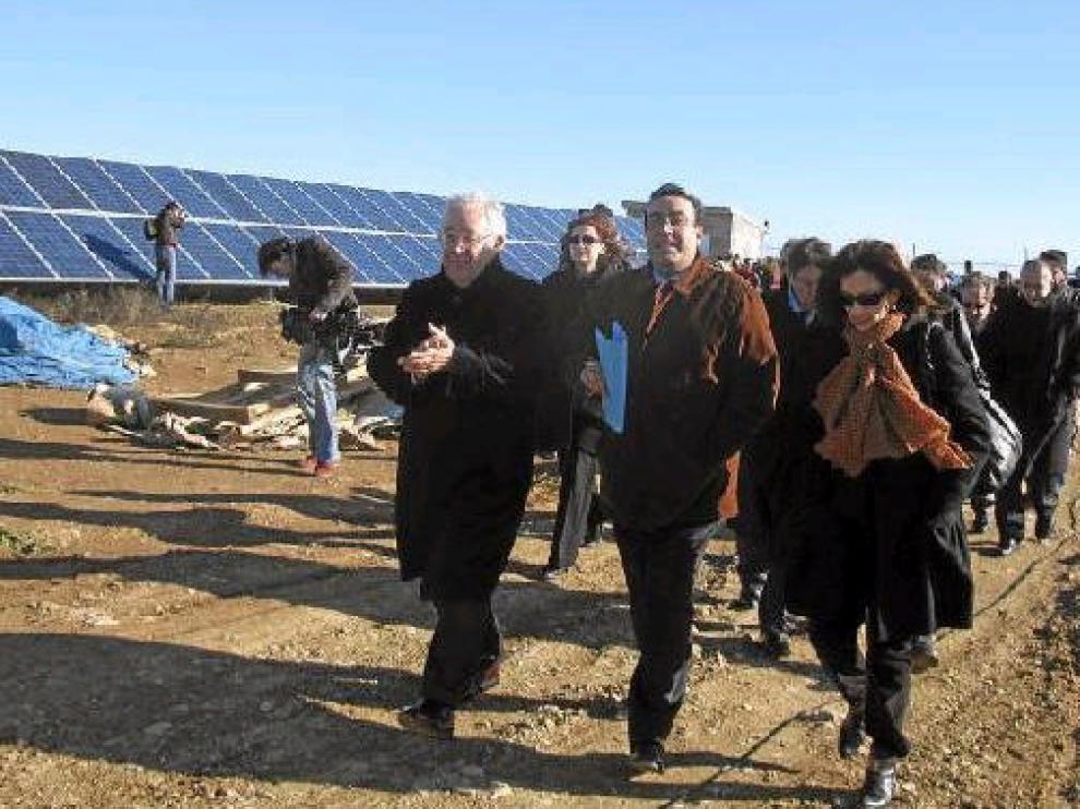 El vicepresidente de la DGA, José Ángel Biel -tercero a la derecha-, recorrió la planta de producción de energía fotovoltaica