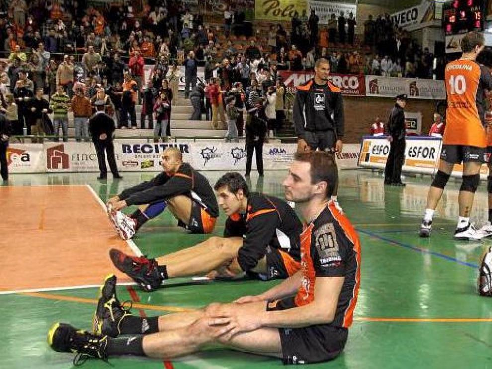 Los jugadores del CAI Voleibol Teruel, desolados por la derrota al término del partido ante el Galatasaray