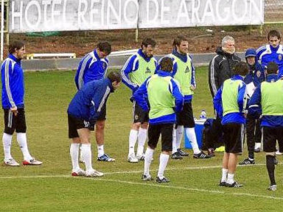 La plantilla del Real Zaragoza escucha atentamente las indicaciones de Marcelino en el intermedio del partidillo jugado durante el entrenamiento de ayer