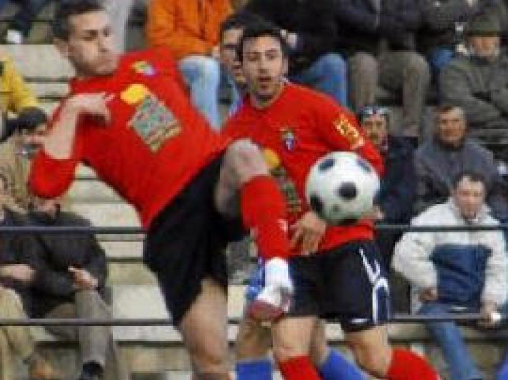 Ibrahim golpea el balón, durante un partido del Teruel