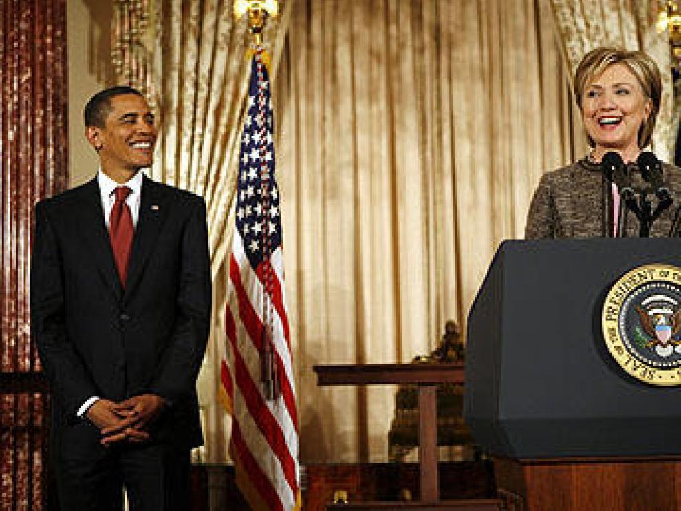 Barack Obama sonríe a Hillary Clinton