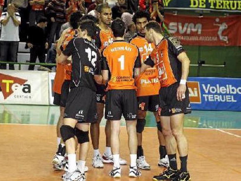 Los jugadores del CAI Teruel se unen tras la derrota en la Copa Challenge del pasado miércoles