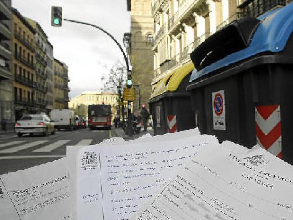 Los documentos fueron depositados en el contenedor azul de la derecha, ubicado a unos 20 metros del Tribunal Superior.