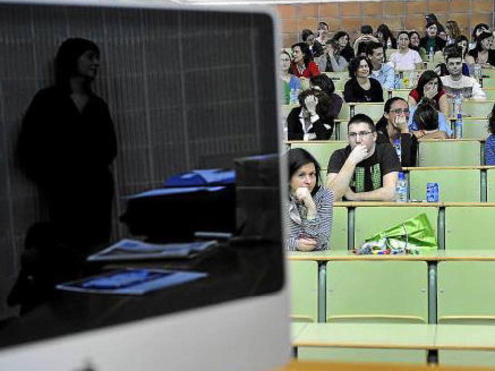Los aspirantes trataban de calmar los nervios momentos antes del inicio de la prueba.