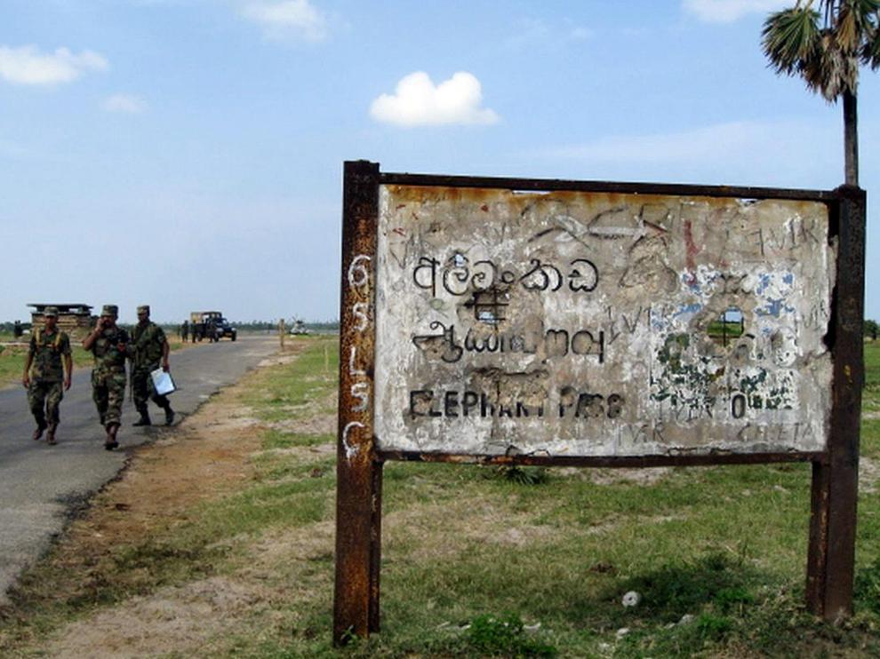 Tropas del Ejército de Sri Lanka patrullan las carreteras del país