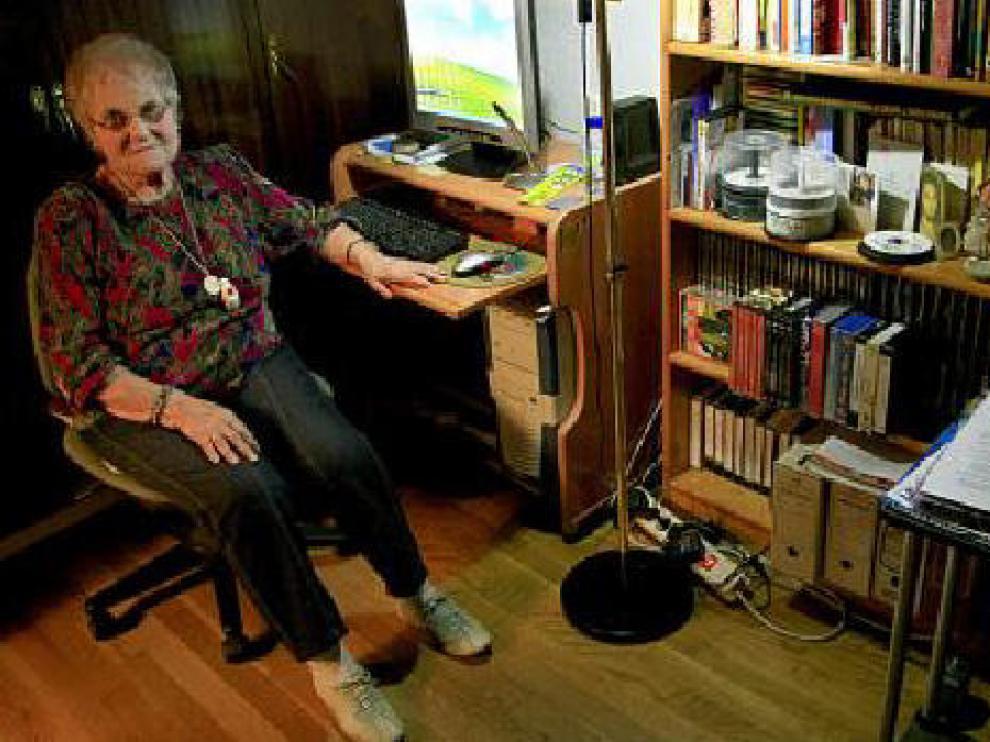 Carmen Serna posa junto al ordenador que está aprendiendo a manejar.