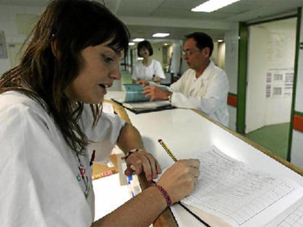 Una aplicación informática sustituirá las anotaciones en un libro. En la foto, trabajadores de Urgencias, entre ellos Jesús Recreo.