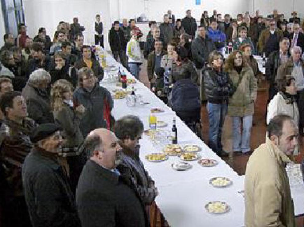 Decenas de vecinos asistieron al aperitivo en el pabellón.