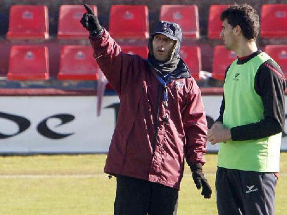 El entrenador del Huesca, Antonio Calderón, durante un entrenamiento del equipo azulgrana en El Alcoraz.