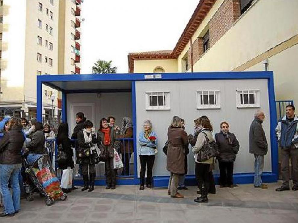 Varios padres esperaban ayer a que saliesen sus hijos del barracón del Joaquín Costa de Monzón.