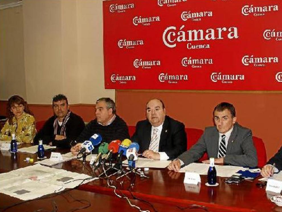 El presidente de la Cámara de Cuenca, en el centro, flanqueado por el resto de agentes sociales y económicos de las dos provincias.