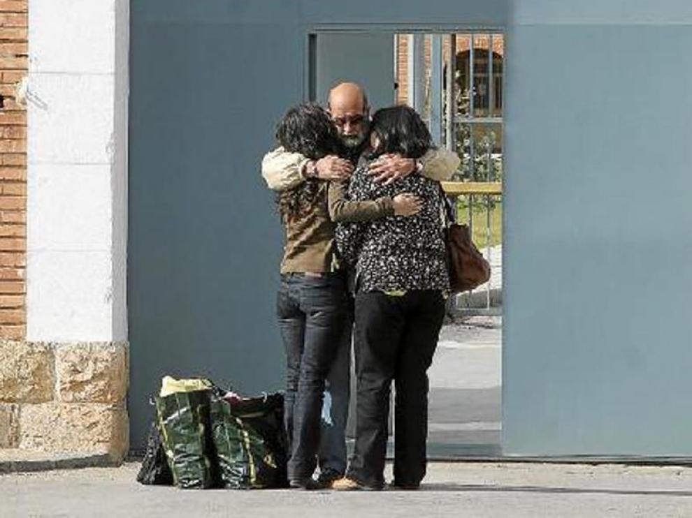 Salvador Latasa, abrazado a dos familiares, cuando abandonó la prisión en marzo en libertad provisional.