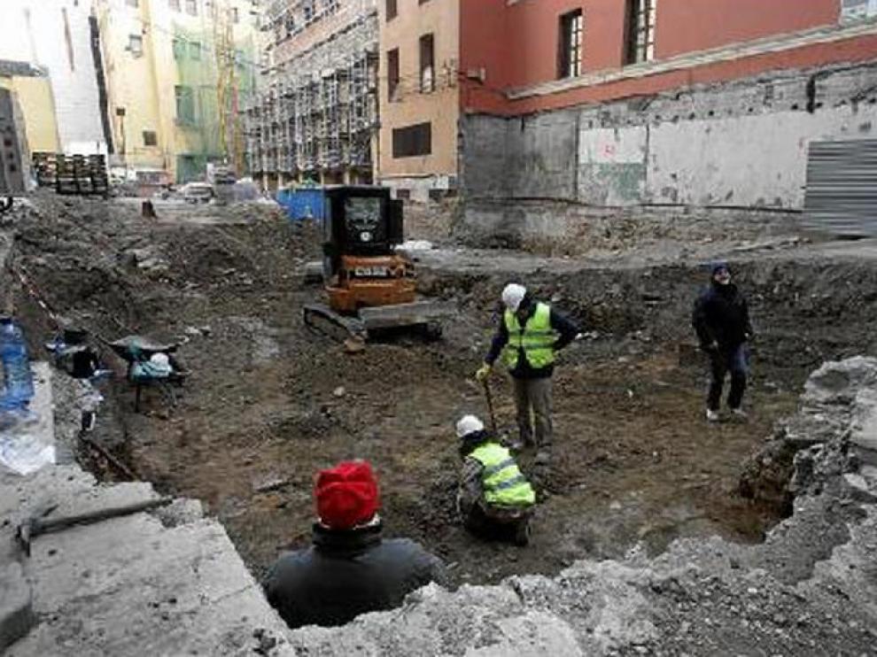 Unos operarios trabajan en las obras de la nueva sede de la DPZ, en la calle del Cinco de Marzo.