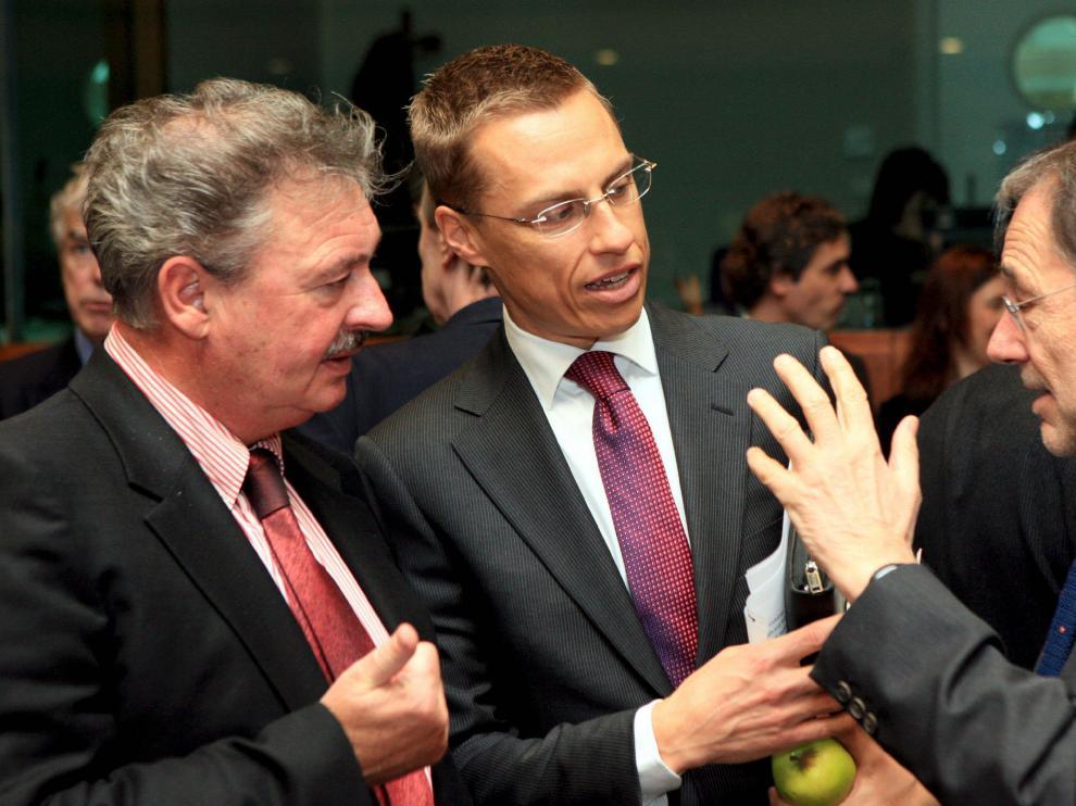 Los ministros de Exteriores de Luxemburgo, Jean Asselborn y de Finlandia, Alexander Stub, conversan con Javier Solana