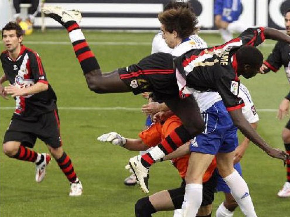 Un desorganizado Zaragoza fue incapaz de mantener su ventaja de 2-1 en el descanso y el Rayo dio la vuelta al marcador