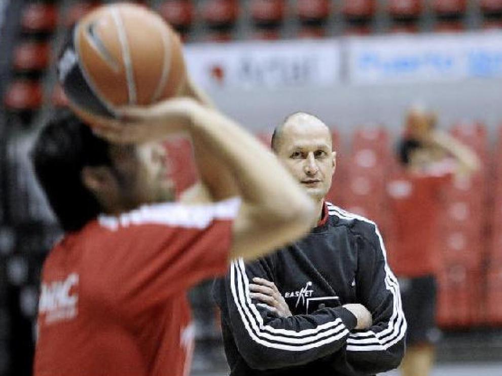 El entrenador del CAI Alberto Angulo observa los ejercicios de tiro de sus jugadores en la jornada de ayer.