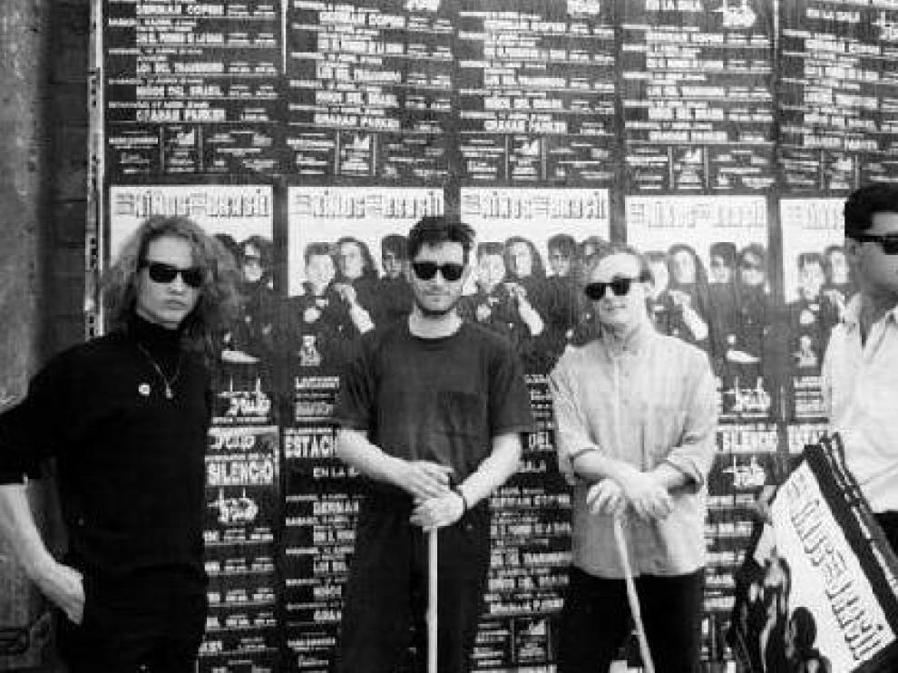 Bunbury, Boch, Santi Rex y Antonio Estación, pegando carteles de un concierto de Niños del Brasil (1988).
