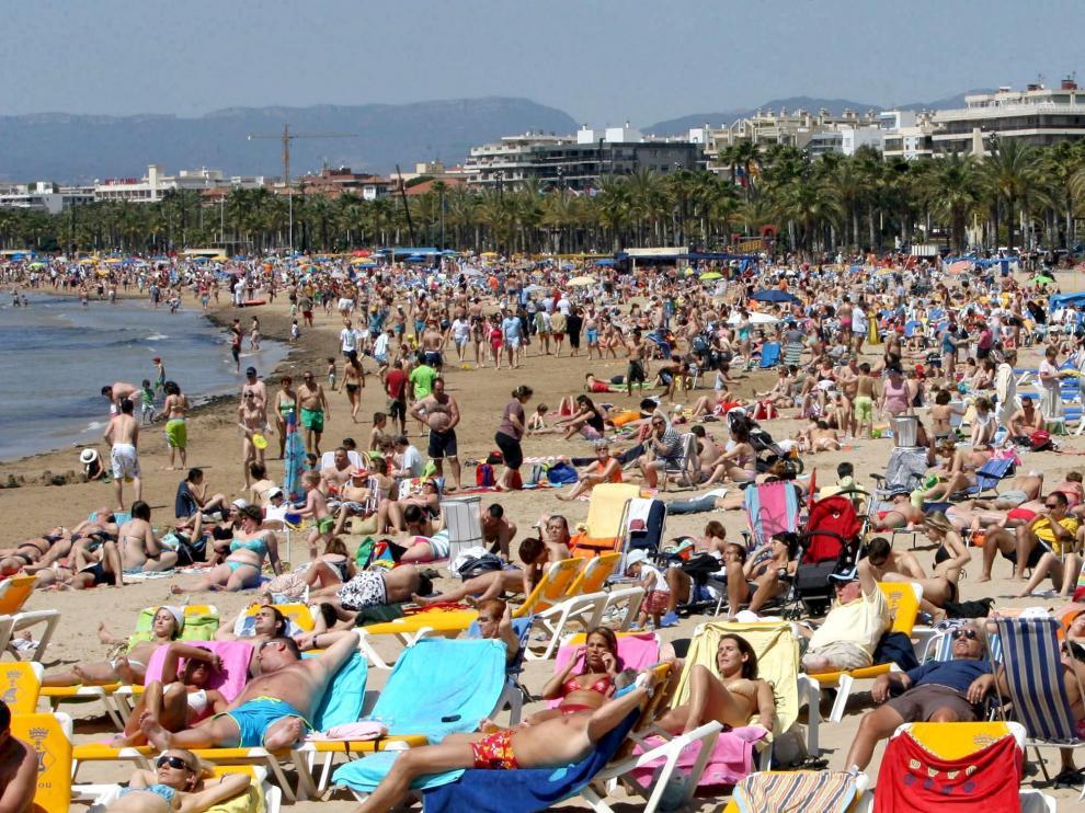 Foto de archivo de la playa de Salou (Tarragona) abarrotada en verano.