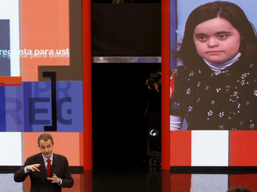 Zapatero responde a una de las ciudadanas invitadas al programa