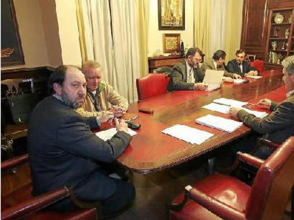 Julio Esteban, en primer término, presidió ayer la Comisión Informativa de Personal del Ayuntamiento.