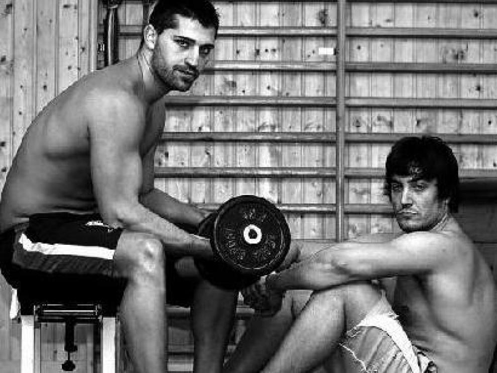 Ramón Garriga y Álvaro García en uno de los gimnasios emblema de la halterofilia aragonesa.