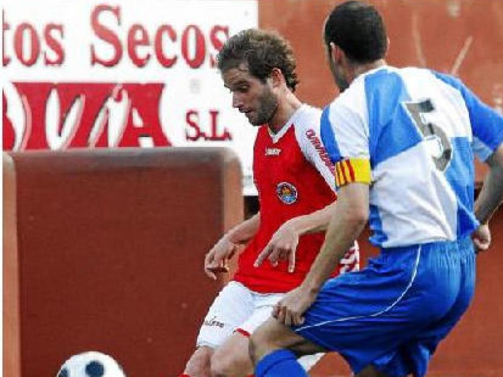 El centrocampista Jonan García controla el balón, durante un partido entre el Ibiza y el Sabadell.