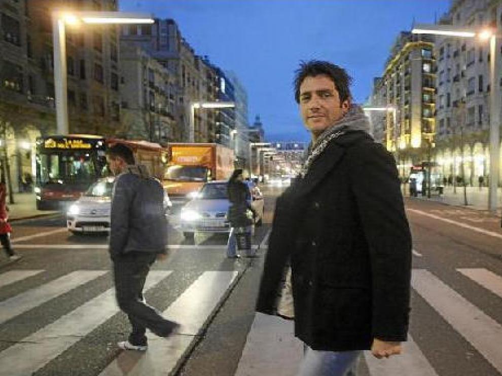 Iván Madrazo, un viandante más en el paseo de la Independencia. Nada más cruzar, hubo una avalancha de fans.