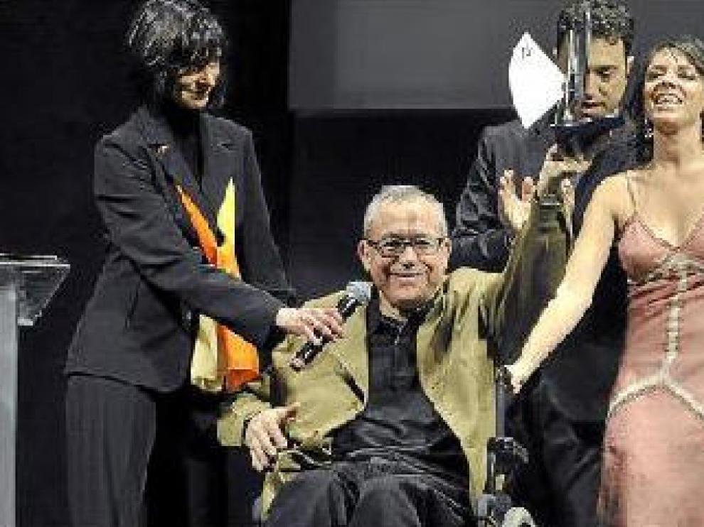 Matías Uribe, periodista de HERALDO, recibe emocionado su premio a la trayectoria profesional.