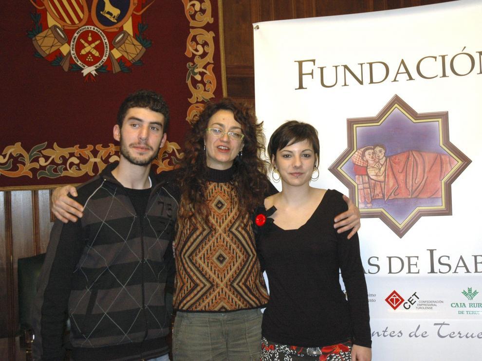 Carmen París abraza a los jóvenes Raquel Hinojosa y Jose Antonio Seguín que encarnarán los papeles de Diego e Isabel