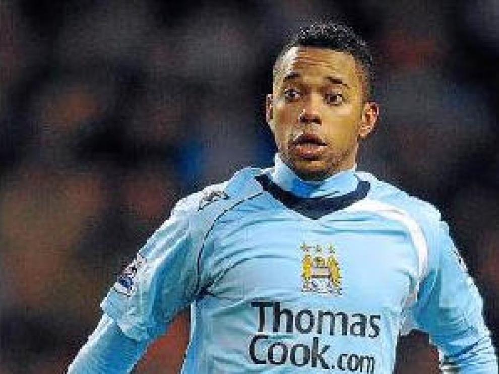 Robinho avanza con el balón, en un partido con el Manchester City.