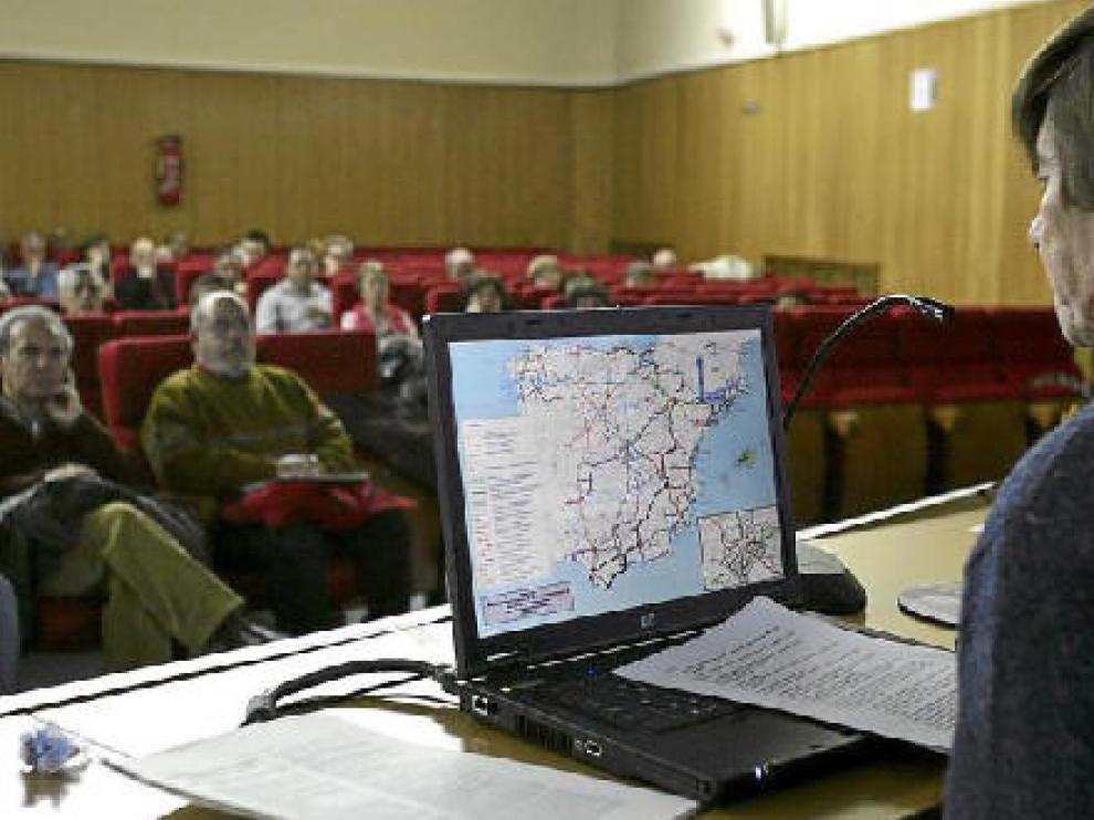 El coordinador de Teruel Existe, Miguel Ángel Fortea, proyectó mapas con el trazado de la autovía a Cuenca.